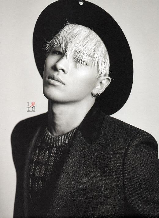 """Thân hình 6 múi """"chuẩn không cần chỉnh"""", Taeyang không đẹp nhưng sở hữu sức quyến rũ riêng không chỉ con gái thích mê mà con trai cũng không thể cưỡng lại được. Thú vị hơn, fanclub của Taeyang được một fan nam thành lập đến nay vẫn tồn tại mạnh mẽ với lực lượng phái mạnh áp đảo."""