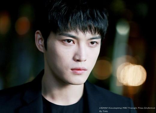 """Nhan sắc """"đẹp hơn hoa"""" từ khi ra mắt của Jaejoong đã thu hút sự chú ý của cộng đồng fan Kpop. Không chỉ phái nữ ngưỡng mộ, ganh tỵ mà lượng fan nam của anh cũng vô cùng đông đúc. Anh chàng còn hài hước tỏ ra thích thú khi được phái mạnh reo hò cổ vũ."""