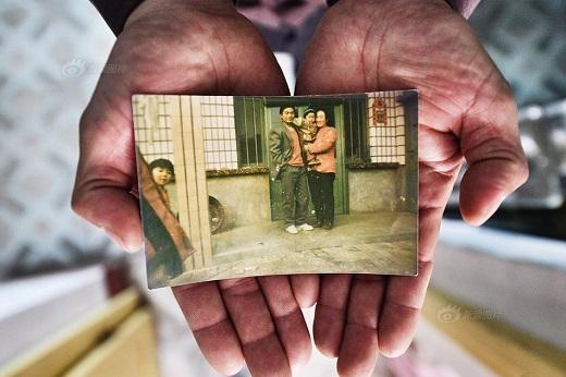 Tấm ảnh chụp gia đình ba người ngày trước được ông lưu giữ như báu vật.