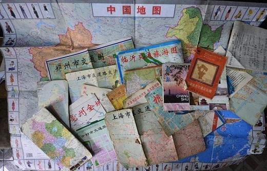 Những tấm bản đồ mà ông từng đem theo đã chất đầy theo năm tháng.