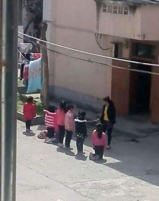 Bất bình với hình ảnh học sinh tiểu học bị phạt quỳ giữa trời nắng nóng