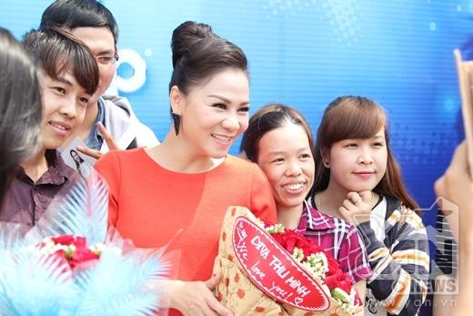 Khá đông fans của Thu Minh cũng có mặt để đón và tặng hoa cho thần tượng. - Tin sao Viet - Tin tuc sao Viet - Scandal sao Viet - Tin tuc cua Sao - Tin cua Sao