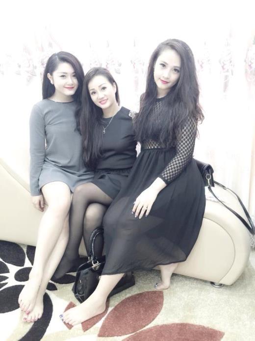 Chị Hương giữa) trông như thiếu nữ bên cạnh hai cô con gái xinh đẹp.