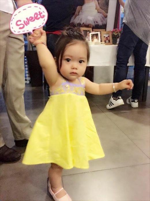 Sol được mẹ diện chiếc váy màu vàng rất đáng yêu. - Tin sao Viet - Tin tuc sao Viet - Scandal sao Viet - Tin tuc cua Sao - Tin cua Sao