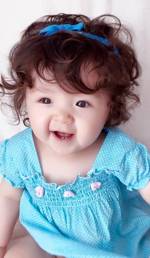 Cô bé thường xuyên được mẹ cho diện những bộ váy xinh xắn và vô cùng đáng yêu.