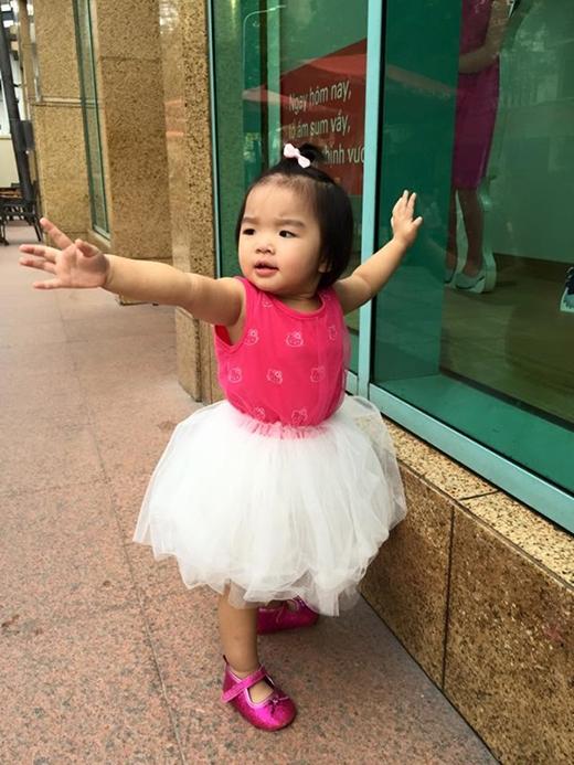 Cô bé cũng thường xuyên được mẹ cho mặc váy điệu đà.
