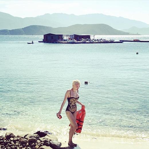 Tóc Tiên khoe ảnh cực sexy trong chuyến đi biển cùng với đồng đội trong team của mình. Tuy nhiên dòng trạng thái của nữ ca sĩ thì có vẻ không liên quan đến việc đi biển. Cô nàng chia sẻ về 3 điều không làm khi lái xe: Không mặc đồ sơ sài, không đến những nơi quá khó di chuyển, không chở những người Tiên không thích.