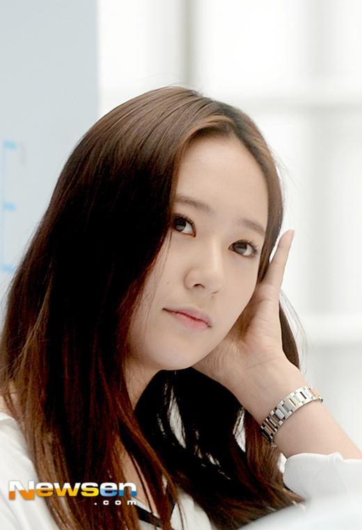 Krystal tươi tắn tham dự sự kiện giữa tin đồn rời khỏi SM
