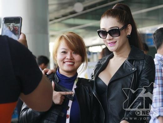 Diện trang phục gợi cảm, Lâm Chi Khanh đọ vòng 1 khủng với Hồng Quế. Cô cũng được nhiều người ở sân bay nhận ra và xin chụp ảnh cùng. - Tin sao Viet - Tin tuc sao Viet - Scandal sao Viet - Tin tuc cua Sao - Tin cua Sao
