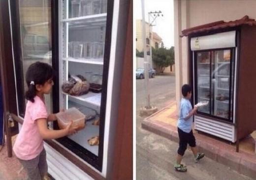 Những em bé này đang tích cực đóng góp thức ăn vào một chiếc tủ lạnh công cộng - nơi mà bất kì ai thiếu thốn và đói bụng sẽ tìm thấy chút gì cho mình.