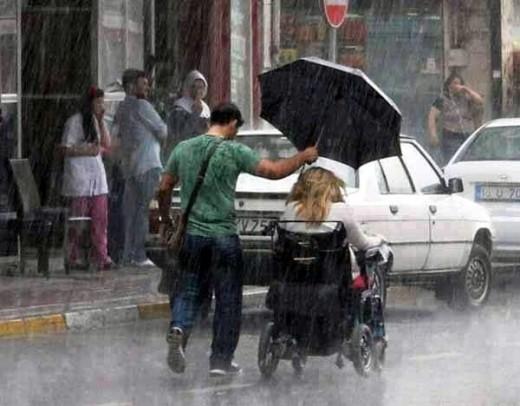Sự hy sinh và quan tâm ân cần có thể làm một ngày mưa trở nên ấm áp.