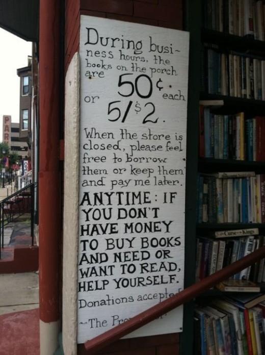 Đây là một cửa hàng sách lạ lùng với bảng thông báo: Trong giờ buôn bán, mỗi quyển sách có giá 2,5 đô. Vào giờ đóng cửa, hãy thoải mái mượn những quyển sách mà bạn muốn hoặc cứ mang về nhà và trả tiền cho chúng tôi sau cũng được. Hãy tự giúp lấy mình bất kì lúc nào bạn không có tiền nhưng cần hoặc muốn đọc sách!