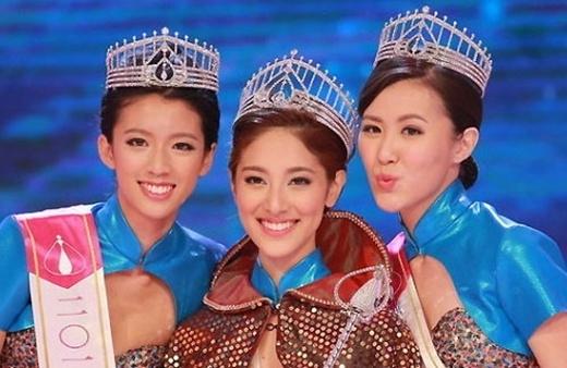Thái Tư Bối (trái) trong cuộc thi Hoa hậu Hồng Kông 2013