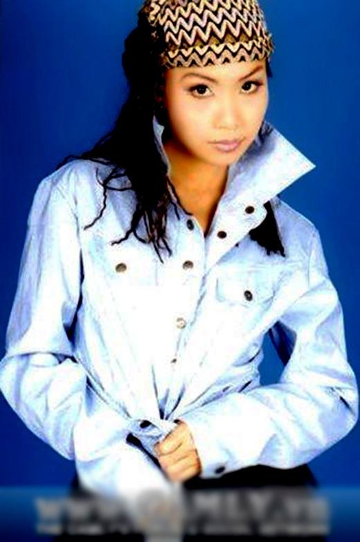 Cẩm Ly và bức ảnh chụp khi phát hành album Tình cuối mùa đông năm 2000 khiến người hâm mộ nhận không ra đây là cô ca sĩ hát dân ca, trữ tình nhẹ nhàng hiện nay. Tham gia nghệ thuật với xuất phát điểm là ca sĩ hát nhạc trẻ, Cẩm Ly cùng với Đan Trường là cặp đôi từng làm chao đảo Vpop với màn kết hợp làm nên lịch sử - Ảo mộng tình yêu. Sau đó, chị Tư bắt đầu chuyển hướng sang thể loại dân ca. Khá bất ngờ, cô được yêu thích cuồng nhiệt hơn với dòng nhạc này. Hiện tại, chị Tư đã cùng chồng lùi về nhiều hơn với công việc sản xuất âm nhạc ở hậu trường để giúp đỡ cho những tài năng âm nhạc mới. - Tin sao Viet - Tin tuc sao Viet - Scandal sao Viet - Tin tuc cua Sao - Tin cua Sao