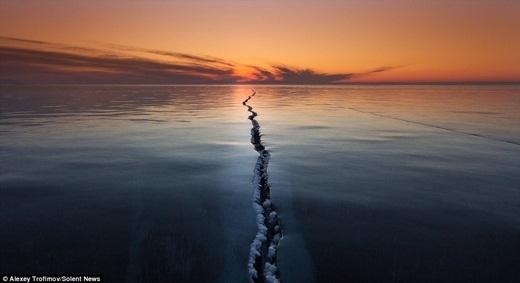 Kinh ngạc trước hiện tượng biển, hồ tự tách làm đôi