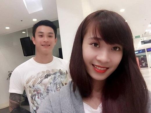 Bạn gái xinh như hotgirl lên sân bay đón thủ môn U23 Việt Nam trong đêm