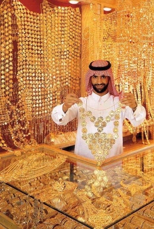 Những chiếc vòng cổ bằng vàng khổng lồ.