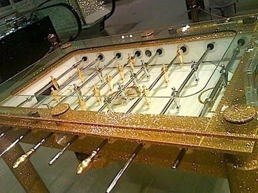 Bạn đã từng thấy chiếc bàn chơi bóng đá nào bằng vàng như trên chưa ?