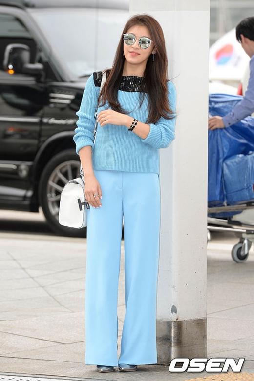 Hoàng Hậu Ki Ha Ji Won nổi bật nguyên cây xanh tại sân bay