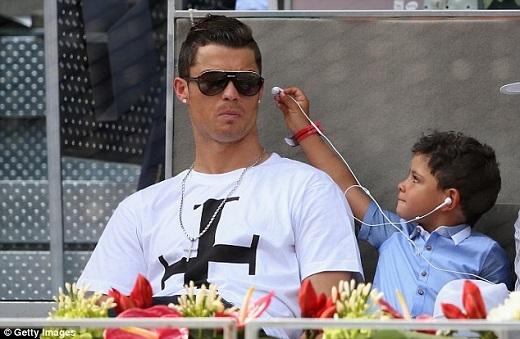 Không có người yêu, Ronaldo tìm vui bên mẹ và con trai