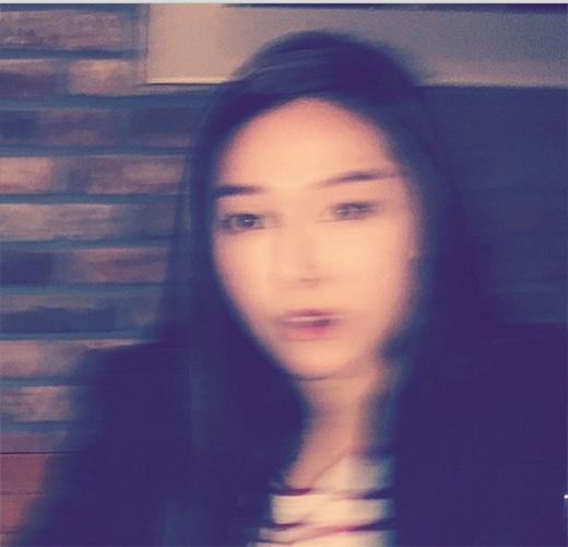 Jessica bất ngờ đăng tải hình ảnh nhòa và nói rằng: Bạn làm tôi chóng mặt quá.