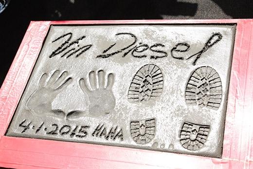 Vin Diesel rạng rỡ in dấu tay, khoe người yêu và con nhỏ