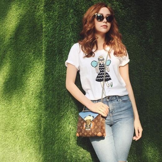 Chiếc túi đeo chéo thuộc loạt thiết kế mới năm nay của nhà mốt đình đám Louis Vuitton, có giá 3.400 USD (khoảng 73 triệu đồng). - Tin sao Viet - Tin tuc sao Viet - Scandal sao Viet - Tin tuc cua Sao - Tin cua Sao