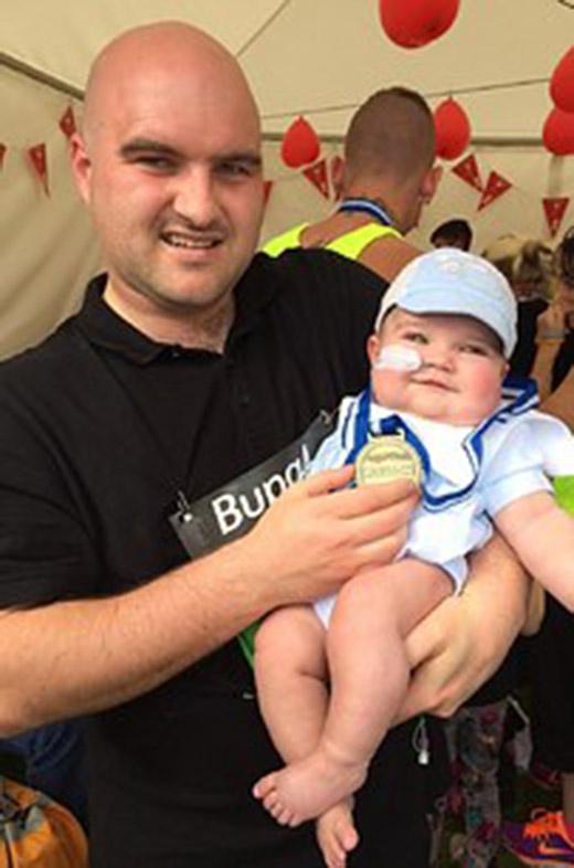 """Jack đang được bố mẹ cho tham dự cuộc thi """"em bé can đảm nhất Hartlepool"""". Cuộc thi này tổ chức ra nhằm gây quỹ cho trẻ em địa phương"""