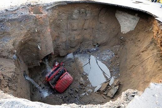 Hố tử thần này xuất hiện tại thủ đô Bắc Kinh của Trung Quốc. Nó đã nuốt trọn một chiếc xe tải.