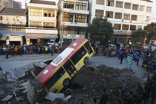 Ngày 16/1/2011, một hố tử thần đã xuất hiện tại tỉnh Rui'an, tỉnh Zhejiang, Trung Quốc. Một chiếc xe tải sau đó đã lao xuống tạo nên một vụ nổ ngầm.