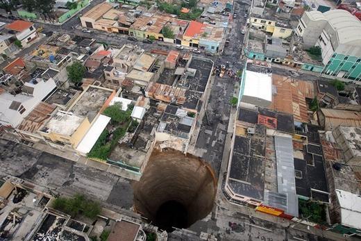 Chiếc hố này xuất hiện tại Guatemala vào 31/5/2010. Theo đo đạc, chiều rộng hố là 20 mét và sâu 30 mét.