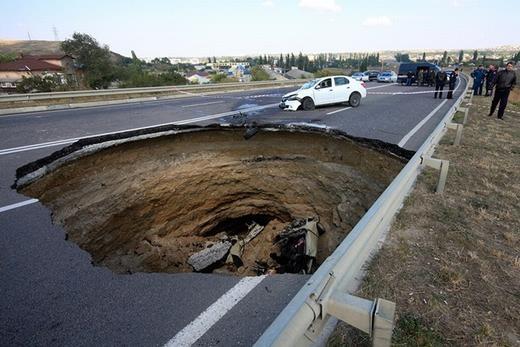 Đây là chiếc hố xuất hiện vào 28/12/2014 tại Simferopol, Crimea. Như hình ảnh, bên trong là một chiếc xe hơi đã sập bẫy và nằm gọn trong đó.