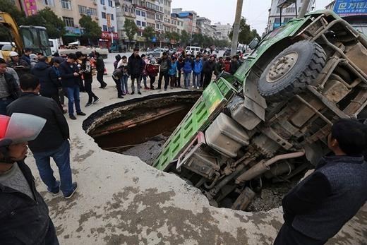 Còn đây là chiếc hố xuất hiện tại Quảng Tây, Trung Quốc vào đầu năm nay (7/1/2015).