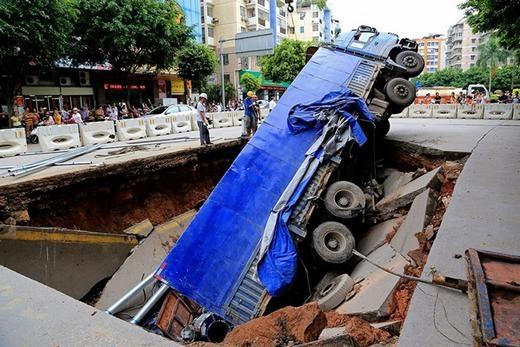Cũng tại Trung Quốc, một hố tử thần đã khiến chiếc xe tải gặp tai nạn vào ngày 14/8/2014.