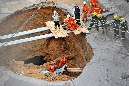 Chiếc hố này xuất hiện ngày 21/5/2013 và nuốt khá nhiều người. Trong ảnh là các nhân viên cứu hộ đang nỗ lực tìm kiếm.