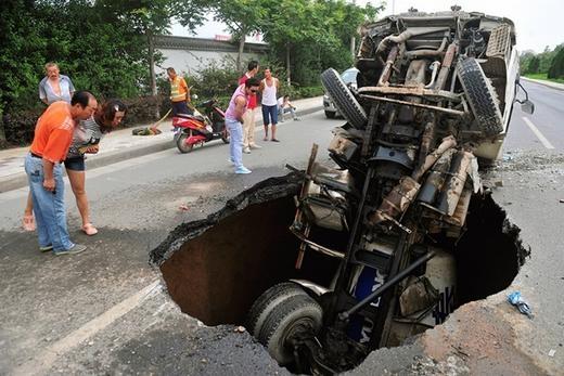 Vẫn là Trung Quốc, nhưng lần này nạn nhân của hố tử thần là một chiếc xe chở dầu. Hố này hình thành ngày 27/7/2013.
