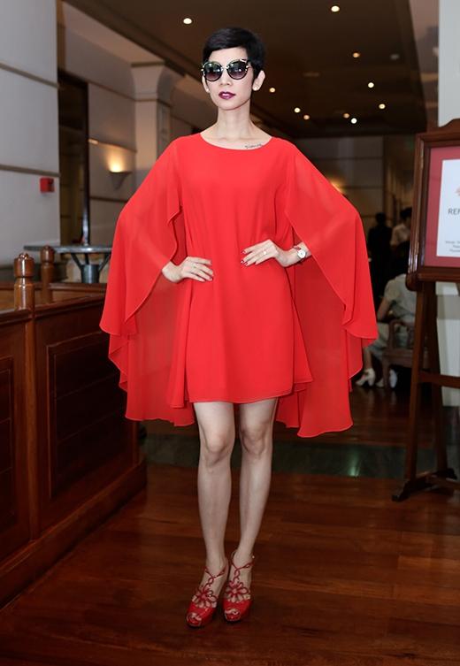 Phụ kiện đi kèm được cô lựa chọn cùng tone với màu váy gồm đồng hồ, giày cao gót.
