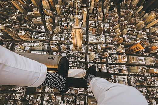 Nhắc đến New York thì không thể không nhắc đến tòa nhà Empire State. Đây là tòa nhà cao nhất New York với độ cao 381 m, 102 tầng được hoàn thành vào năm 1931. Để ngắm toàn cảnh New York, bạn có thể lên vị trí ngắm cảnh ở tầng 86 của tòa nhà. Có vị trí nằm cạnh biển nên cả tòa nhà gần như bị chìm trong sương mù, vì thế, nếu may mắn ngắm được ánh nắng trưa từ tần 86 là một cảm giác rất tuyệt vời mà du khách nào cũng muốn trải nghiệm.