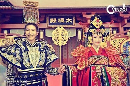 Tiếp tục với khiếu hài không biên giới, Kelvin Khánh trổ tài photoshop ghép mặt của mình cùng với Khởi My thành cặp đôi đình đám trong phim Võ Mỵ Nương. Hình ảnh của cặp đôi Vin-Zoi sau khi được đăng tải đã khiến fans cười nghiêng ngả vì độ hài hước và sáng tạo của mình.