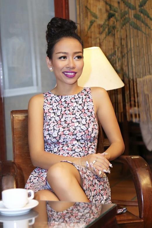 Thảo Trang khiến khán giả bất ngờ với hình ảnh dịu dàng, nữ tính trong bộ váy hoa nền nã của mình. Vốn quen với phong cách mạnh mẽ, cá tính và hơi nổi loạn, việc bất ngờ nữ tính hóa thành thiếu nữ dịu dàng giúp Thảo Trang ghi điểm trong mắt người hâm mộ.
