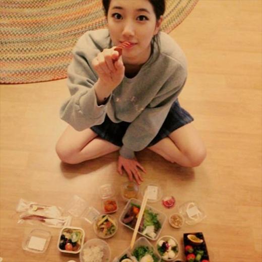 Suzy thích thú khoe đồ ăn cực ngon, cô nàng hí hửng chia sẻ: Tôi đã ăn nhiều đồ ăn ngon như vầy nè. Chắc sẽ mập mất thôi.