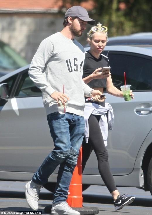 Miley Cyrus tung tăng cùng bạn trai sau khi làm lành