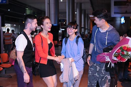 Angela Phương Trinh, Chi Pu rạng rỡ đi đón các vũ công nổi tiếng - Tin sao Viet - Tin tuc sao Viet - Scandal sao Viet - Tin tuc cua Sao - Tin cua Sao