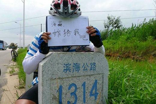 Cảm động trước chàng trai đạp xe 3000 cây số để cầu hôn