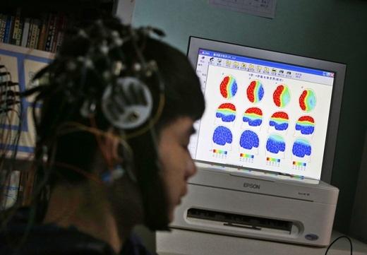 Các nhà khoa học tại trung tâm cai nghiện Internet Daxing đang quét não một thiếu niên nghiệninternetđể tìm ra các giải pháp chữa trị và nghiên cứu. Các nhà khoa học cũng cho rằng, cuộc sống quá áp lực đã khiến các thanh thiếu niên ngày càng lún sâu hơn vào internet.