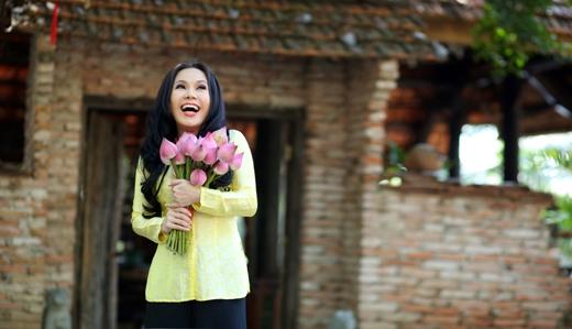 Việt Hương hóa quý cô đài các, e ấp trong áo dài - Tin sao Viet - Tin tuc sao Viet - Scandal sao Viet - Tin tuc cua Sao - Tin cua Sao