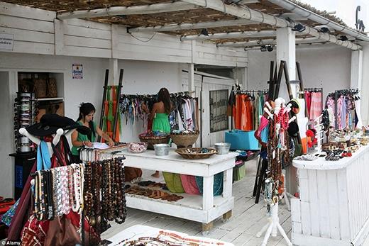 """Những cửa hàng nữ trang ở đây đều bày bán những mặt hàng thiết kế mang đậm chất """"biển"""" nhưng không kém phần sang trọng và tinh tế."""