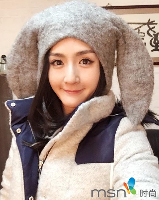 MC hàng đầu Tạ Na với gương mặt trong sáng, đôi mắt tròn to, lúc nào cũng mang đến sự mới lạ trong mắt người hâm mộ. Cô năm nay đã 34 tuổi.
