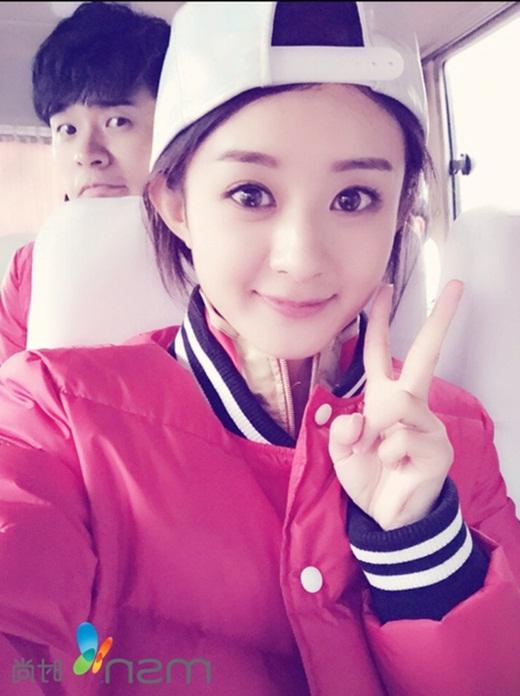 Hồ sơ Triệu Lệ Dĩnh ghi cô sinh năm 1987 nhưng trên thực tế nhiều thông tin cho biết cô sinh năm 1985. Sở hữu gương mặt trẻ trung xinh đẹp, ít ai biết được cô đã ngoài 30.