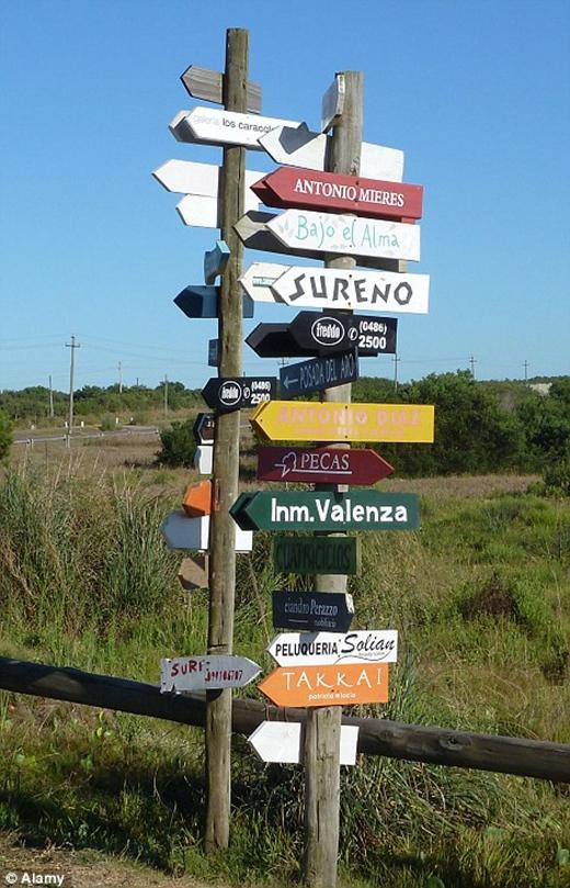 Lối vào khu làng chài được chỉ dẫn trên các bảng hiệu đầy màu sắc sặc sỡ, thu hút ánh nhìn từ du khách.